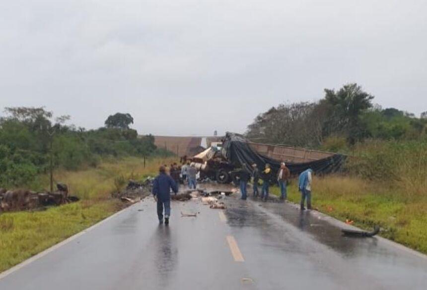 O impacto foi violento ao ponto das duas cabines ficarem destruídas.