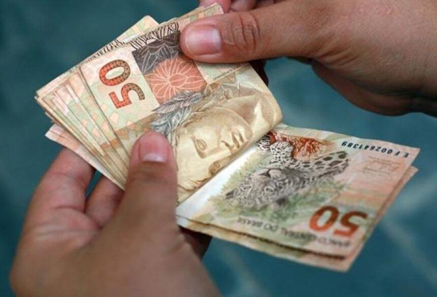 A Caixa Econômica Federal realiza os pagamentos em conta poupança digital, que pode ser movimentada pelo aplicativo 'Caixa Tem'.