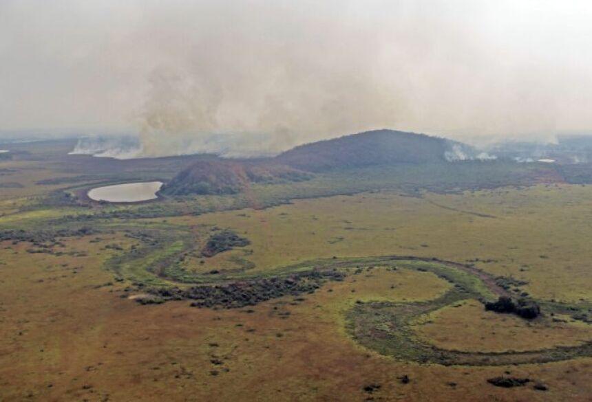 Cenário de terra arrasada: cursos d'água secos e a biomassa acumulada pegando fogo no Pantanal de Corumbá