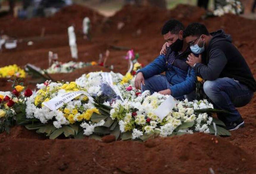 Na sexta-feira, o número de novas mortes havia sido de 1.054.