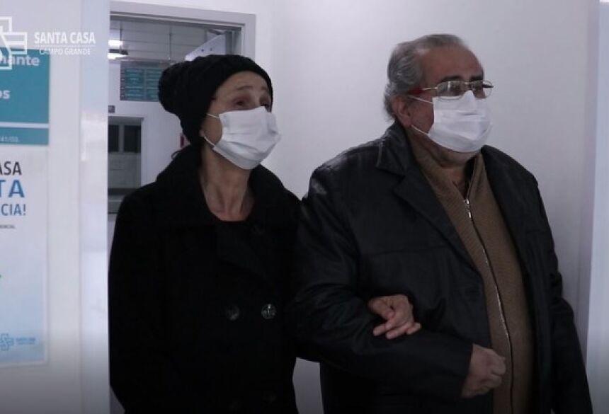 Santa e Márcio saíram de braços dados do hospital após 11 dias de internação —