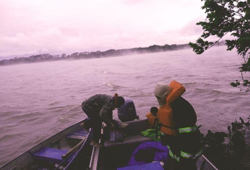 Bombeiros resgatam pai e filho no rio Paraguai, em MS —