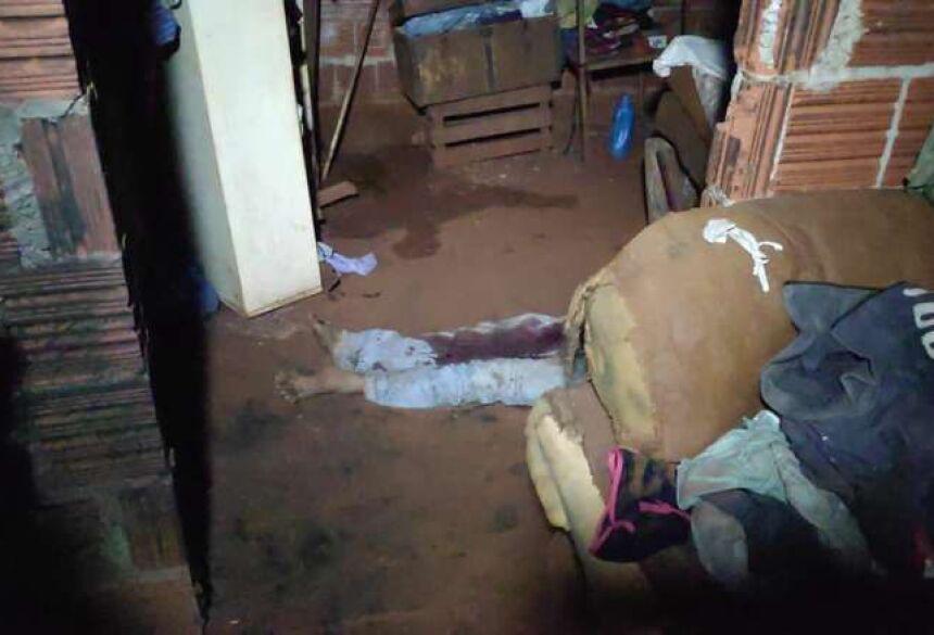 a vítima levou uma facada no peito e estava caída ao lado da cama
