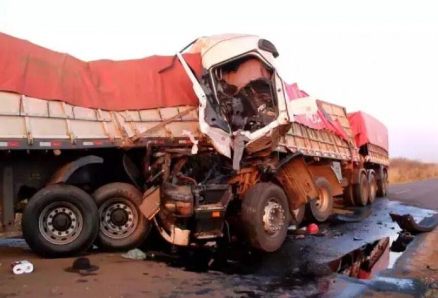 Veículos ficaram bastante destruídos devido a batida