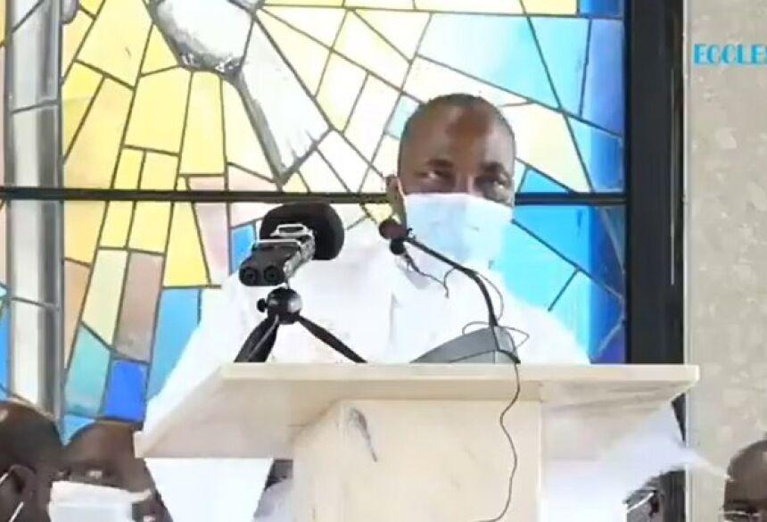 Padre caiu e morreu durante a missa