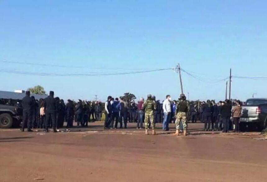 Policiais, militares e manifestantes em ponto de concentração para protesto, nesta manhã