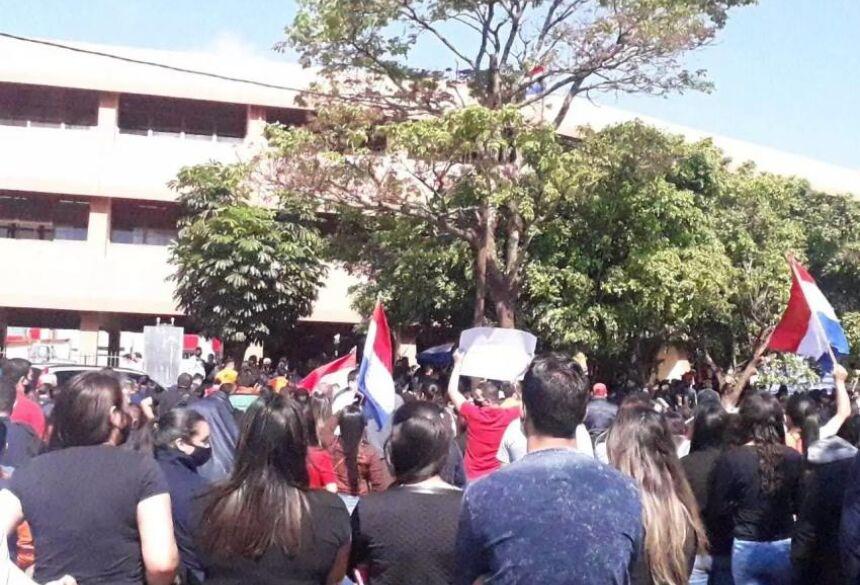 Manifestantes em frente à Aduana paraguaia, em Pedro Juan Caballero