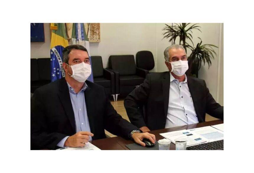 Secretário estadual de Governo, Eduardo Riedel, ao lado do governador Reinaldo Azambuja (PSDB), durante reunião