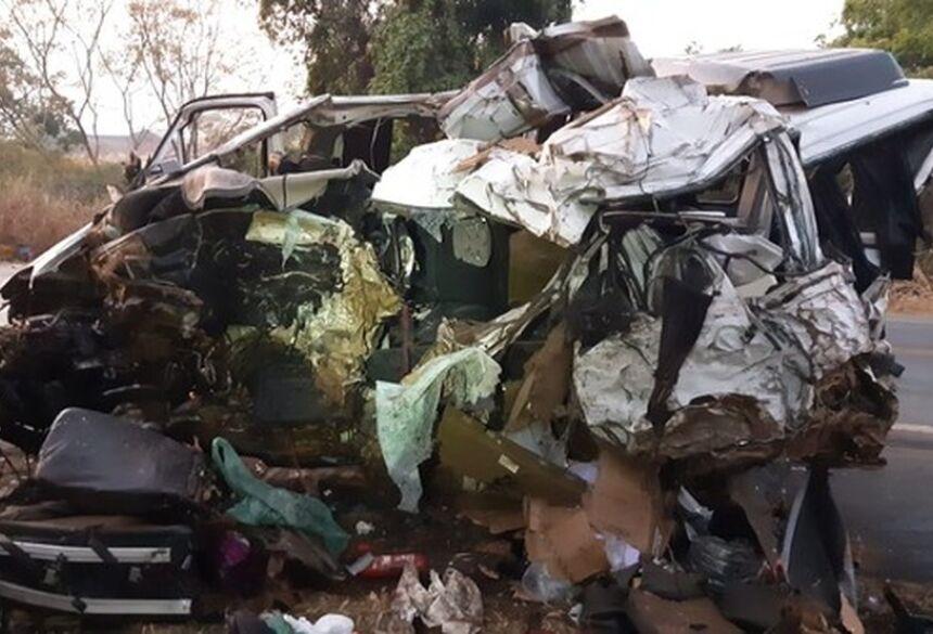 Van que se envolveu no acidente em Patos de Minas (MG) na madrugada deste domingo (20)  Foto: Polícia Rodoviária Federal/Divulgação
