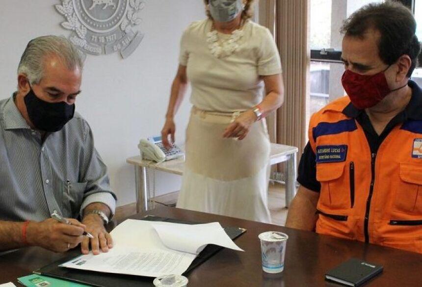 governador Reinaldo Azambuja, declarando situação de emergência no Estado.