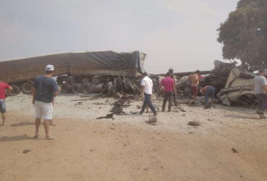 As duas cabines fiaram destruída e a carga de cimento ficou espalhada pela local da batida.