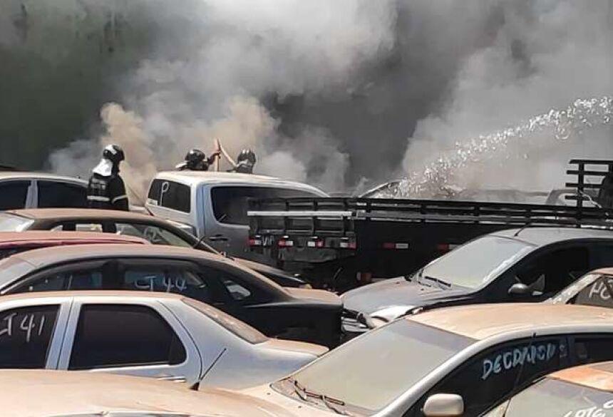Agora, as autoridades policiais investigam as causas do incêndio por suspeita de ato criminoso.
