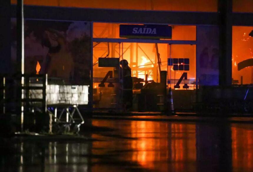 Fogo consumiu toda parte interna do prédio (Foto: Marcos Maluf) -