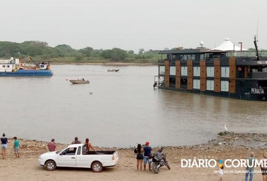 Barco Peralta foi desencalhado com apoio de um rebocador de bandeira paraguaia nesta manhã