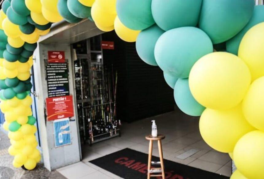Camelódromo e lojas no Centro enfeitaram com as cores da bandeira para chamar atenção de clientes.