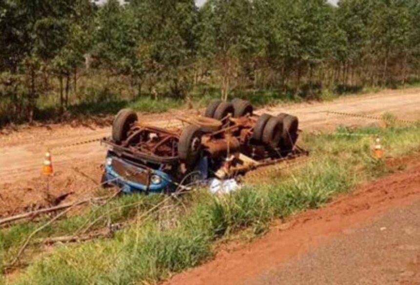 Motorista que residia em Dourados morreu com o caminhão que tombou em desnível da pista