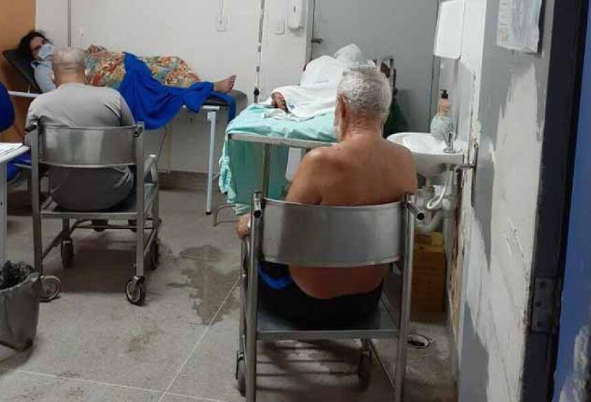 Pacientes com Covid-19 e acompanhantes ficam em uma sala improvisada no Hospital Geral do Estado (HGE), em Maceió, Alagoas