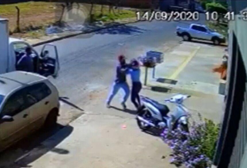 As imagens mostram que a vítima estava prestes a sair de moto