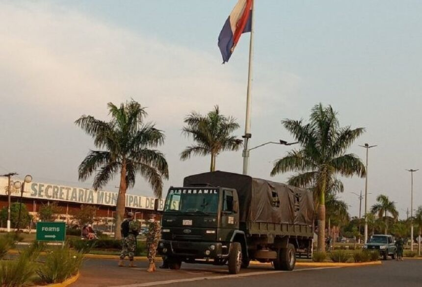 Soldados fizeram barreiras em frente ao Shopping China.