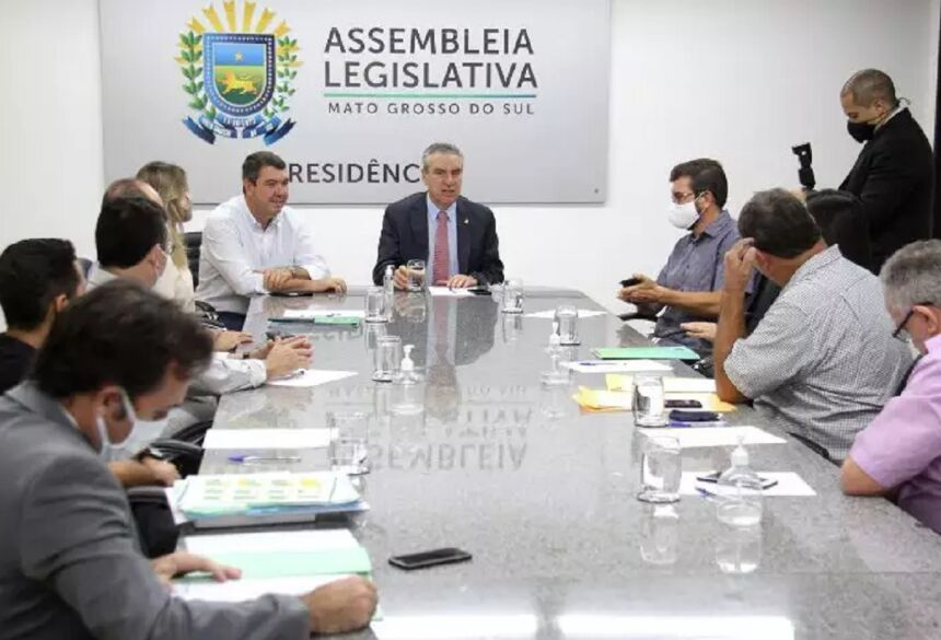 Secretário Eduardo Riedel durante reunião com parlamentares e representantes dos professores (Foto: Wagner Guimarães - ALMS) -