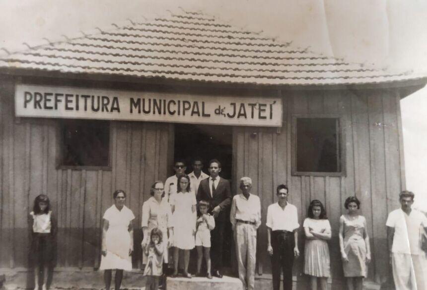 Prefeito com os trabalhadores do serviço público municipal na primeira Prefeitura de Jateí