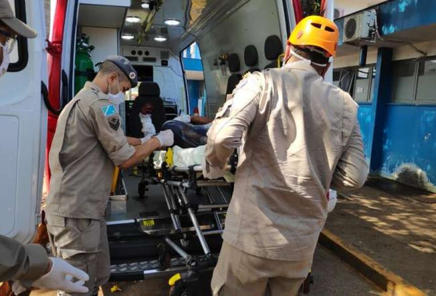 Vítima foi socorria às pessas pelos Bombeiros - Crédito: Osvaldo Duarte/Dourados News