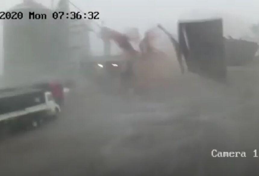 Telhado de barracão de cerealista foi arrancado com a força do vento - Crédito: Itaporã News