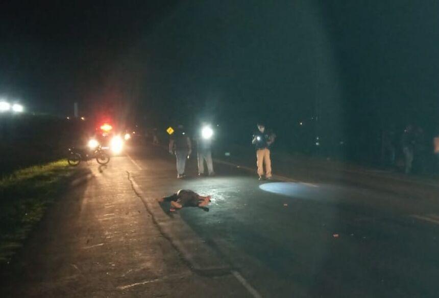 Policiais verificam corpo de vítima atropelada em rodovia
