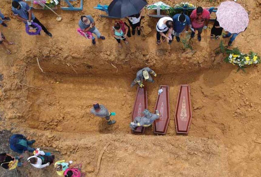 Enterro de vítimas da Covid em Manaus-AM