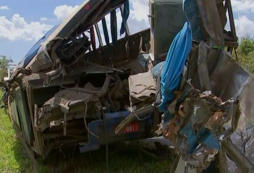 Acidente entre ônibus e caminhão deixou dezenas de mortos em rodovia de Taguaí (SP)  Foto: Reprodução/TV TEM