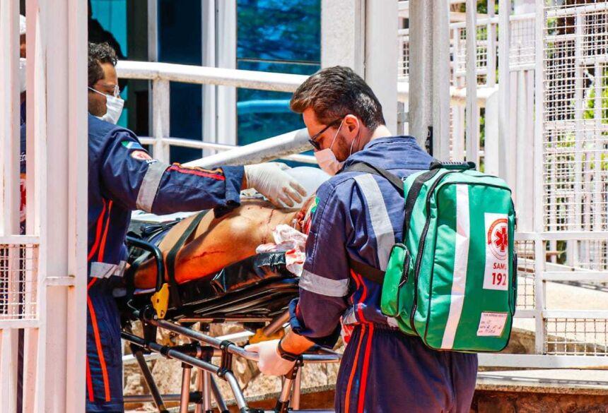 Homem ficou caído dentro de escritório e foi levado em estado grave para a Santa Casa (Foto: Henrique Kawaminami)