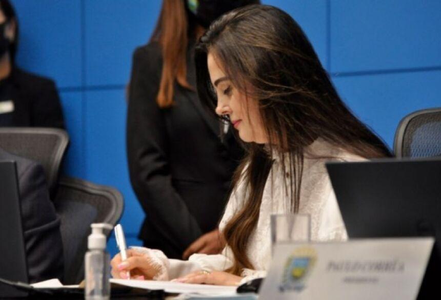Mara Caseiro na assinatura do termo de posse, previsto em Regimento Interno (Foto: Luciana Nassar)