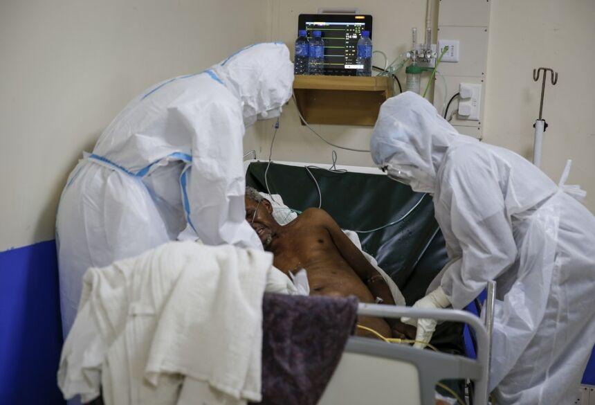 FOTO DE 3 DE NOVEMBRO: Trabalhadores da saúde atendem a paciente com Covid-19 em UTI em Machakos, perto da capital Nairóbi, no Quênia