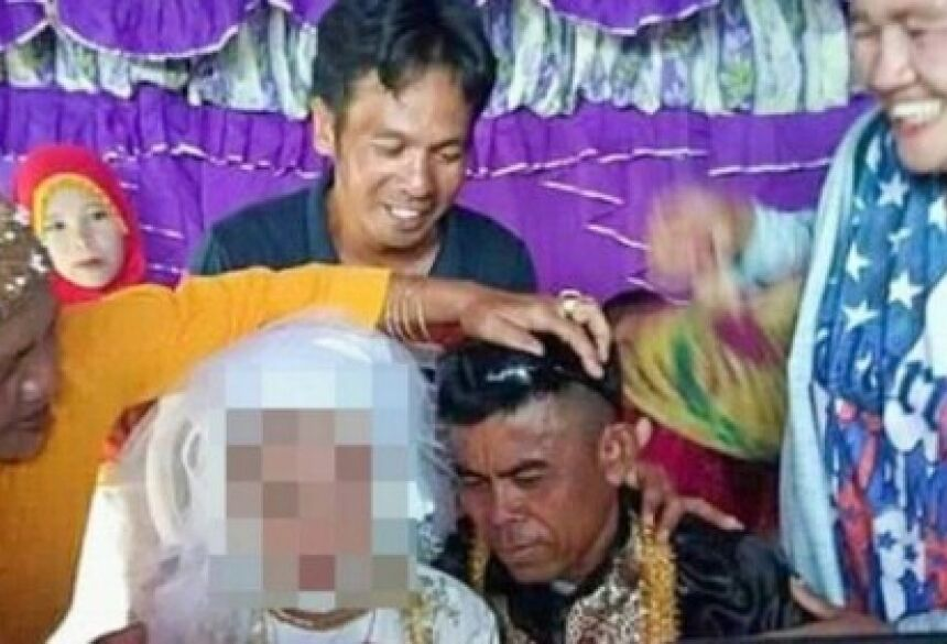 """A noiva parece ter aceitado o seu """"destino"""", traçado pelos pais."""