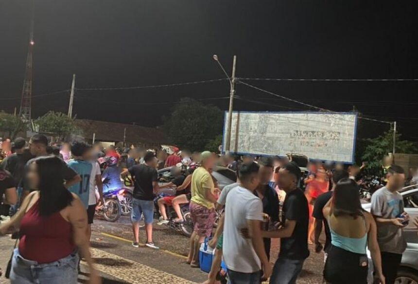 Com som alto e até briga, aglomeração foi dispensada pela PM. (Foto: Divulgação/O Pantaneiro)
