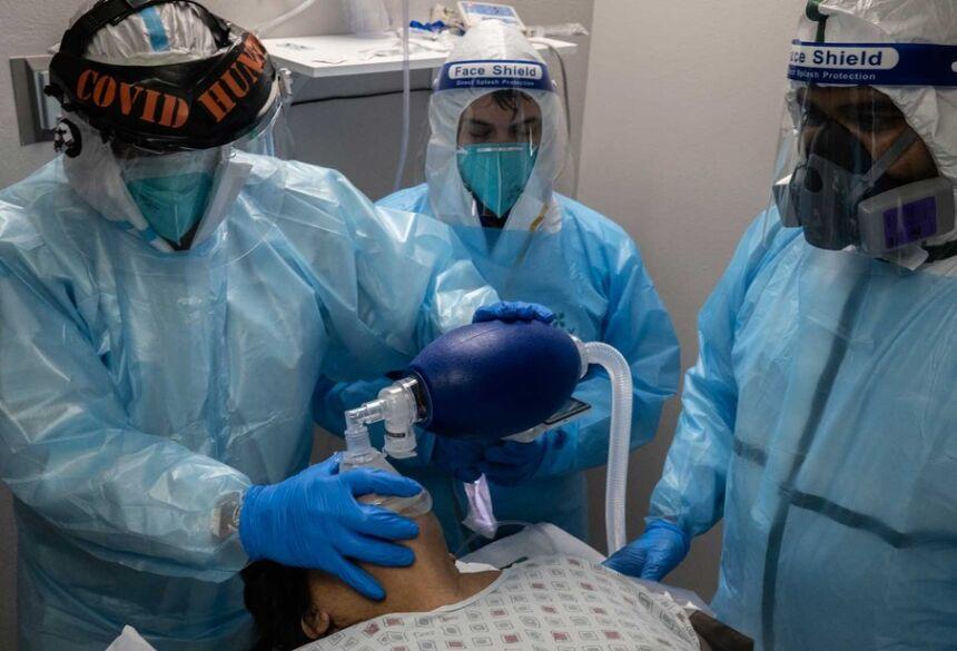 Equipe médica trata um paciente com Covid-19 na Unidade de Terapia Intensiva (UTI) no United Memorial Medical Center (UMMC) em Houston, Texas