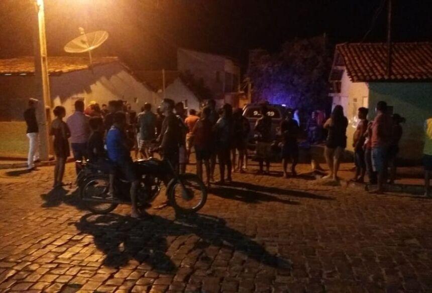 Moradores se aglomeram na rua onde candidato a vereador foi perseguido por homens armados e morto a tiros, na Bahia  Foto: Arquivo pessoal