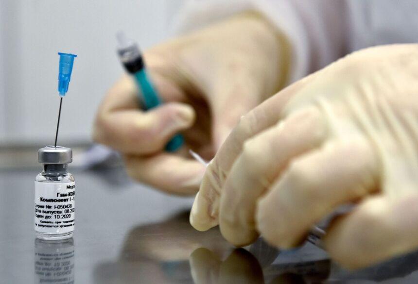 Enfermeira prepara dose da vacina russa contra Covid-19 Sputnik V, em Moscou, em foto de 10 de setembro  Foto: Natalia Kolesnikova/AFP