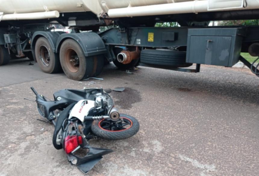 Motocicleta colidiu na lateral da carreta (Foto: Humberto Zum)