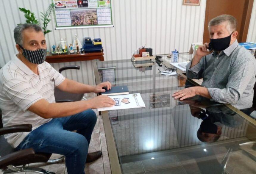 Luiz Burci apresenta ao prefeito Eraldo o trabalho para construção do acervo histórico de Jateí