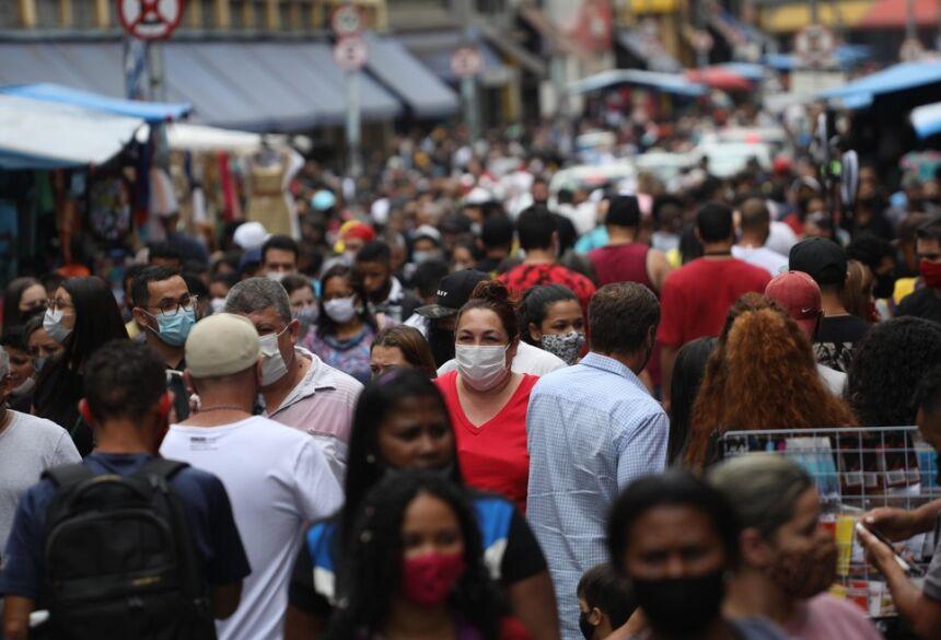 Movimentação de pessoas na região da Rua 25 de Março, no Centro de São Paulo.  Foto: Renato S. Cerqueira/Estadão Conteúdo