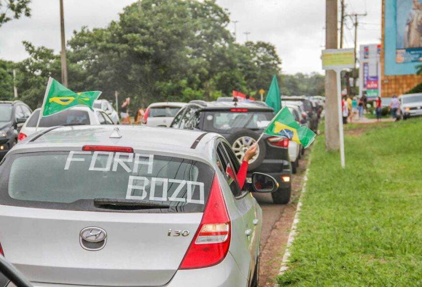 Veículo com escrita contra Bolsonaro em protesto. (Foto: Silas Lima)  - CREDITO: CAMPO GRANDE NEWS