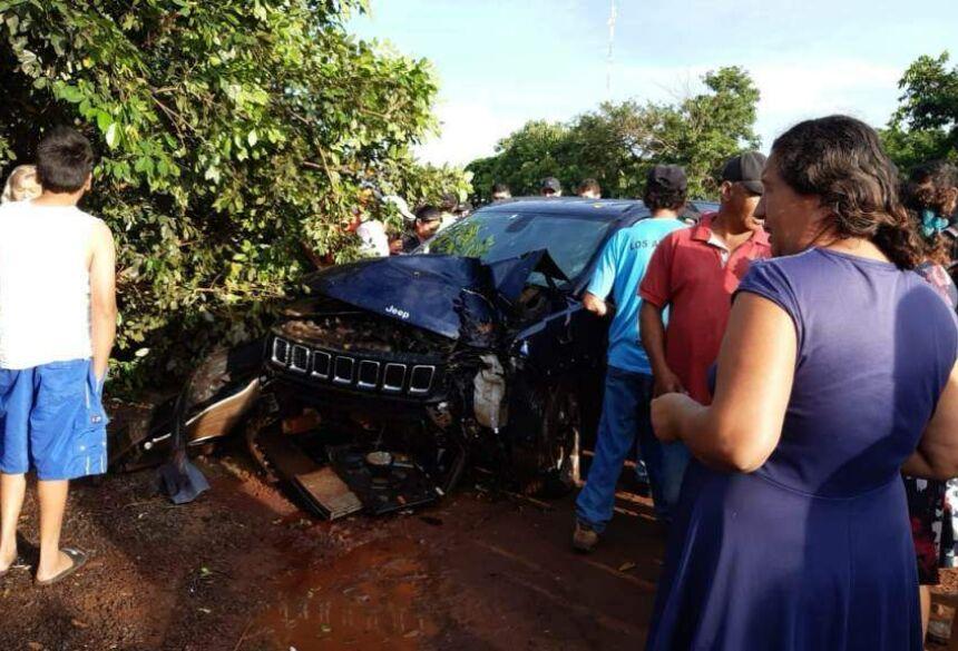 Carro bateu em árvore após policial ser atingido por tiros (Foto: Jornal Hoy)