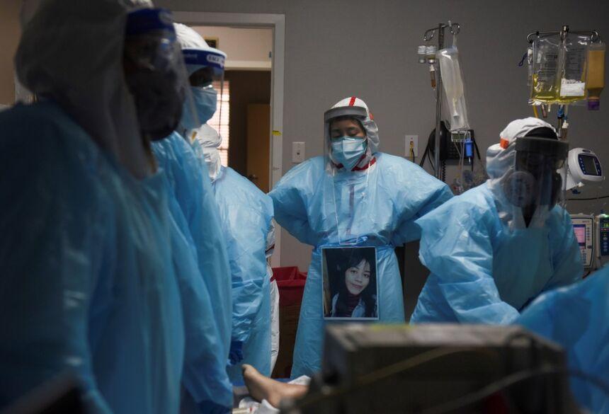 Foto de 12 de dezembro de 2020 mostra profissionais de saúde em volta de paciente que morreu no setor de Covid-19 de hospital em Houston, no Texas  Foto: Callaghan O'Hare/Reuters