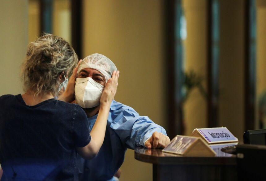 Funcionária é amparada no hospital Getúlio Vargas, em Manaus. Cidade vive colapso causado pela Covid-19, com falta de oxigênio  Foto: Bruno Kelly/Reuters