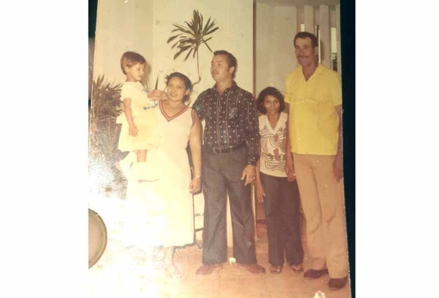 Patricia (no colo) com seus padrinhos e pais há 30 anos