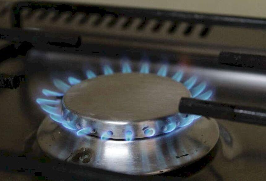 Chama de um fogão a gás, produto que a partir de amanhã ficará 6% mais caro. (Foto: Kisie Ainoã)