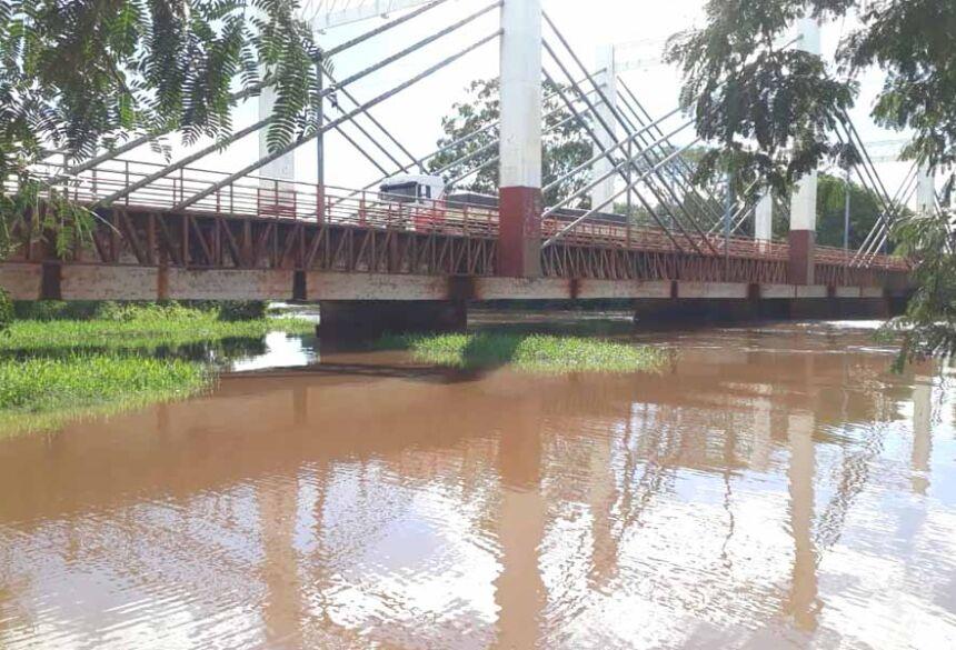 Agua já está chegando no nível da ponte do Rio Dourados
