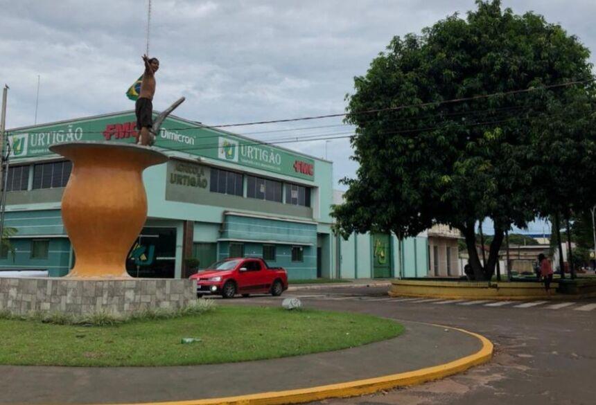 O indivíduo se exibindo em um dos monumentos. Foto: Divulgação