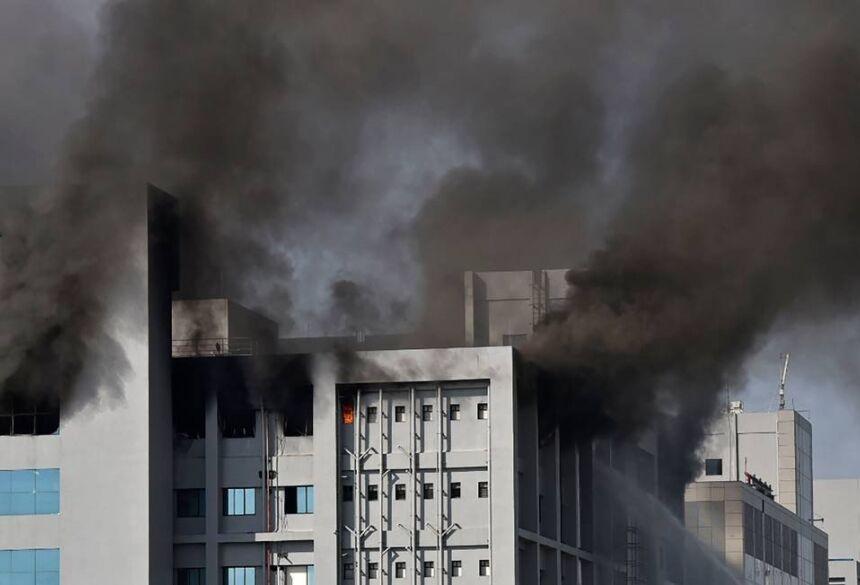 Edifício do Instituto Serum em chamas na cidade de Pune, na Índia, nesta quinta-feira (21) Foto: - / AFP